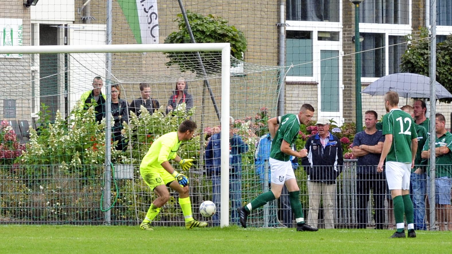De bal verdwijnt via de hak van Mark Tesselaar in de goal.