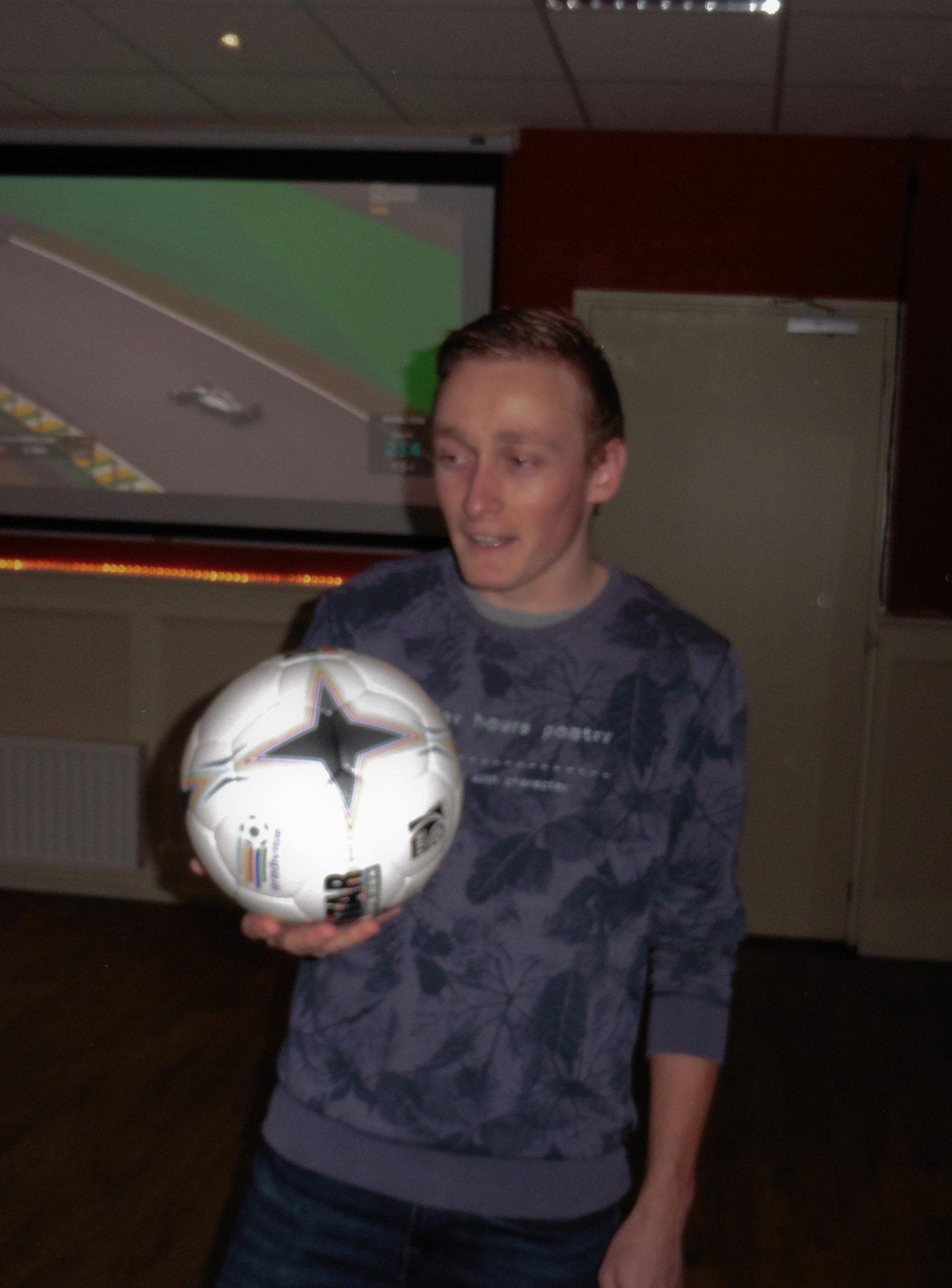Justin Boonstra kreeg na afloop de wedstrijdbal toegereikt.
